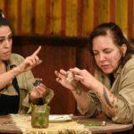 Dschungelcamp 2020 Prüfung Tag 7 - Elena und Danni essen einen Donut