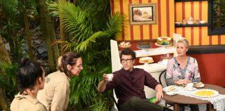 Während sich Daniel Hartwich und Sonja Zietlow (r.) einen leckeren Kuchen und Kaffee gönnen, müssen Elena Miras (l.) und Danni Büchner vergammelte Kuchen aus Tieren und Insekten essen.