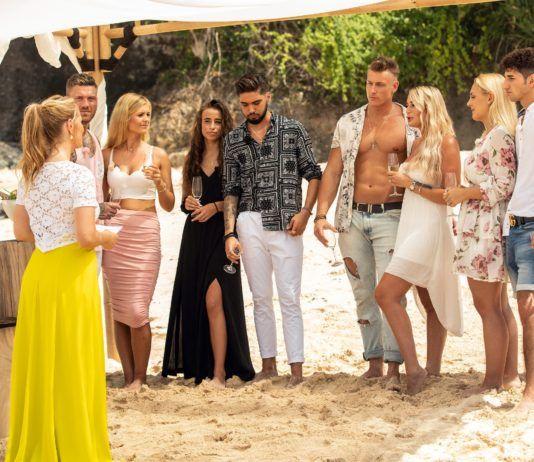 Angela Finger-Erben (l.) begrüßt die Paare Till und Hana (3.v.l.), Siria und Davide (M.), Calvin und Pia und Michelle und Mateo (r.) auf Temptation Island.