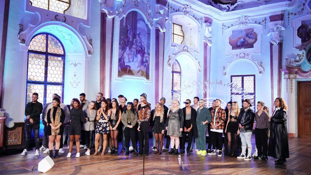 Die Kandidaten warten im Josephsaal, dem ersten Set des Recalls im Kloster Bronnbach auf die Entscheidung der Jury. Wer kommt eine Runde weiter, wer scheidet hier aus?