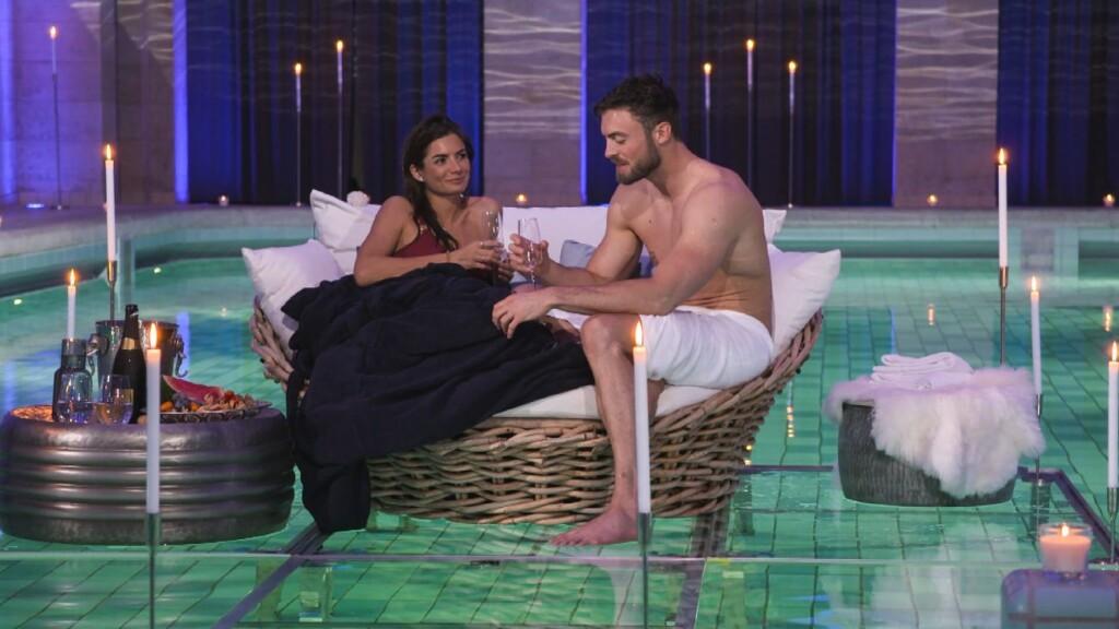 Der Bachelor 2021 - Michèle und Niko beim romantischen Einzeldate in einem Spa.