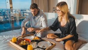 Der Bachelor 2021 Folge 4 - Niko überrascht Stephie mit einem gemeinsamen Frühstück im Bett