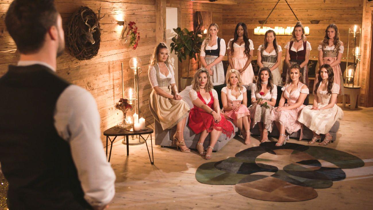 Nach der ereignisreichen Datewoche findet die fünfte Nacht der Rosen im Chalet der Damen statt - doch statt entspannter Feieratmosphäre, entwickelt sich für Niko (l.) eine bedrückende Stimmung.