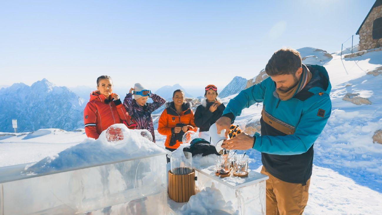 Der Bachelor lädt die Ladys zum actionreichen Winterspaß auf der Zugspitze ein. Den höchsten Punkt Deutschlands haben Jacqueline B., Esther, Karina, Michèle und Niko (v.l.) heute ganz für sich allein.