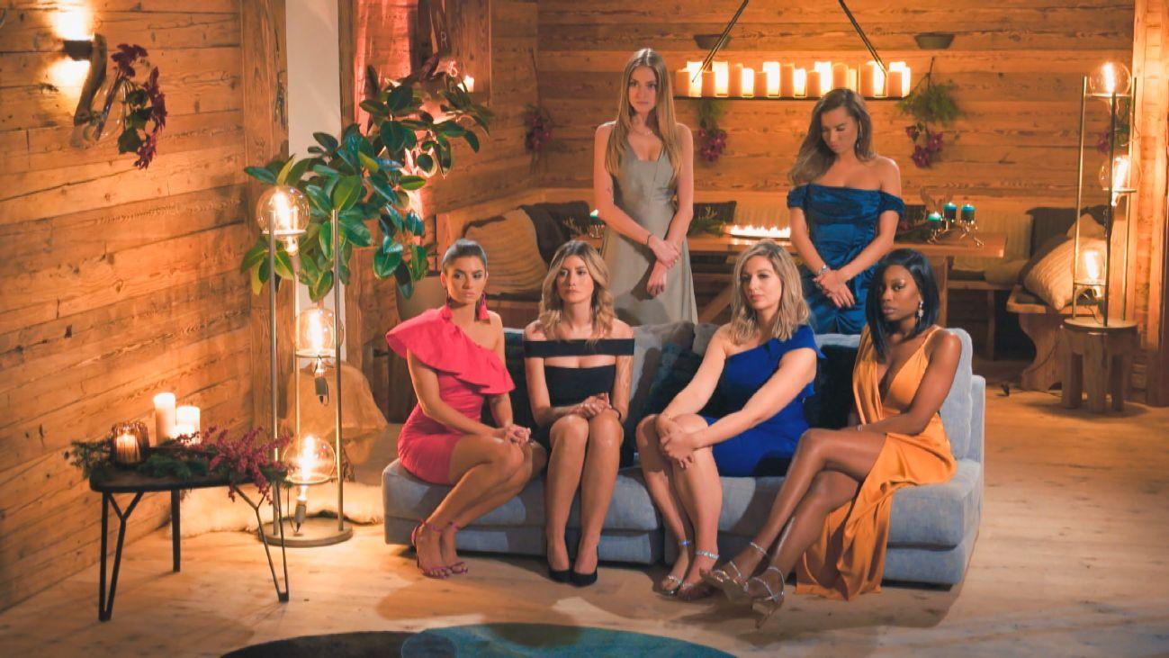 Mimi, Karina (h. v.l.) Michèle, Stephie, Hannah und Linda (v.l.) warten gespannt in der siebten Nacht der Rosen auf den Bachelor.