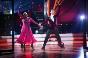 Let's Dance 2021 Show 1 - Auma Obama und Andrzej Cibis tanzen langsamen Walzer