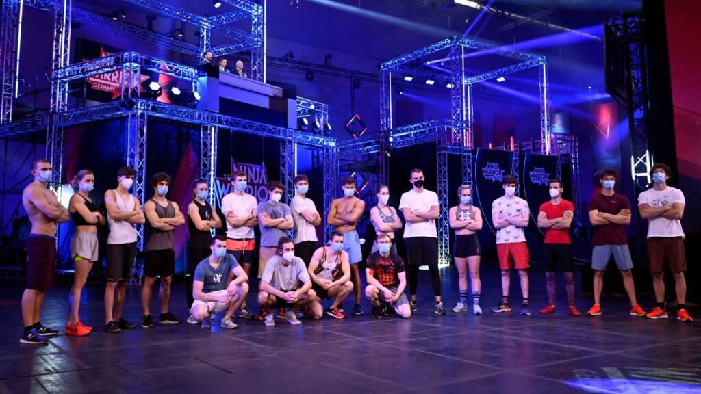 Die 20 Finalistinnen und Finalisten. Im Hintergrund die Moderatoren Jan Köppen (l.), Laura Wontorra und Frank Buschmann.