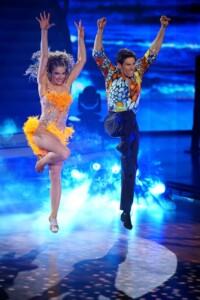 Lola Weippert und Christian Polanc tanzen Salsa.