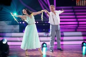 Jan Hofer und Christina Luft tanzen Slowfox.