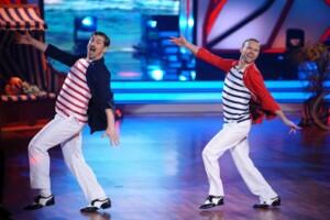 Nicolas Puschmann (l.) und Vadim Garbuzov tanzen Charleston.