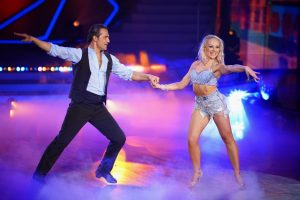 Erol Sander und Marta Arndt tanzen Samba.