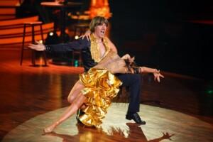 Mickie Krause und Malika Dzumaev tanzen Salsa.