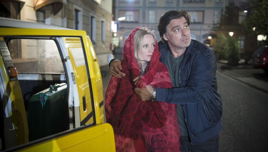 Lisa (Sontje Peplow) und Murat (Erkan Gündüz) tun so, als ob sie gerade vom Flughafen kommen.