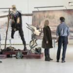Die Brücke III - Der Kunstexperte Emil (rechts, Adam Palsson) gibt Ermittlerin Saga (Sofia Helin) und ihrem Kollegen Polizist Henrik (Thure Lindhardt) wichtige Hinweise