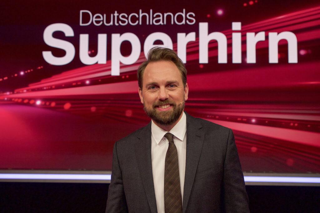 """Steven Gätjen moderiert """"Deutschlands Superhirn"""" im ZDF."""