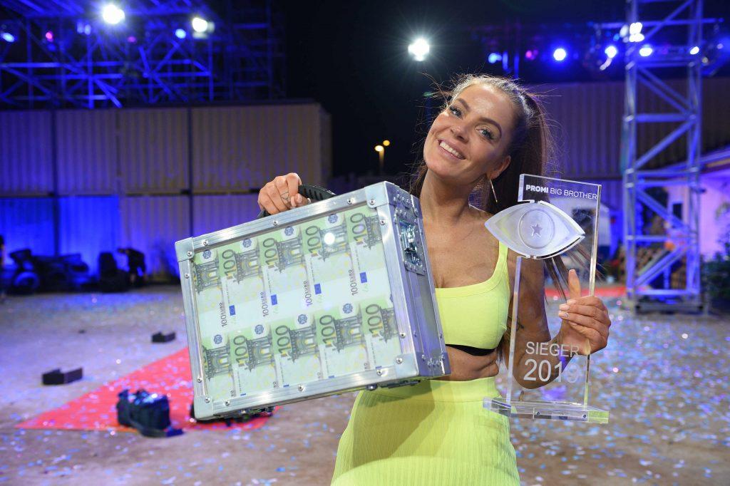 """Janine Pink gewinnt das Finale von """"Promi Big Brother"""" in SAT.1."""