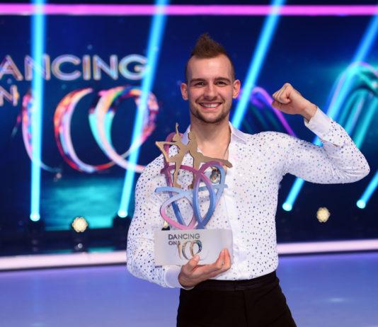 Eric Stehfest mit seinem Pokal.