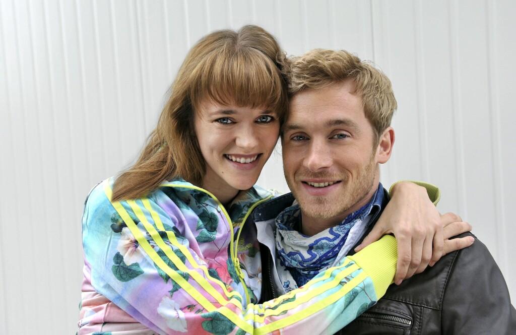 Nach seinem schweren Autounfall vor fünf Jahren ist der ambitionierte Rennfahrer Tim Adler (Samuel Koch, r.) auf den Rollstuhl angewiesen.