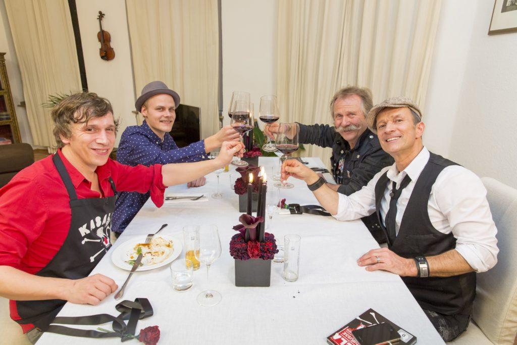 """V.l.: Gastgeber Bastian Campmann (""""Kasalla""""), Oliver Niesen (""""Cat Ballou""""), Henning Krautmacher (""""Höhner""""), Frank Reudenbach (""""Klüngelköpp"""")."""