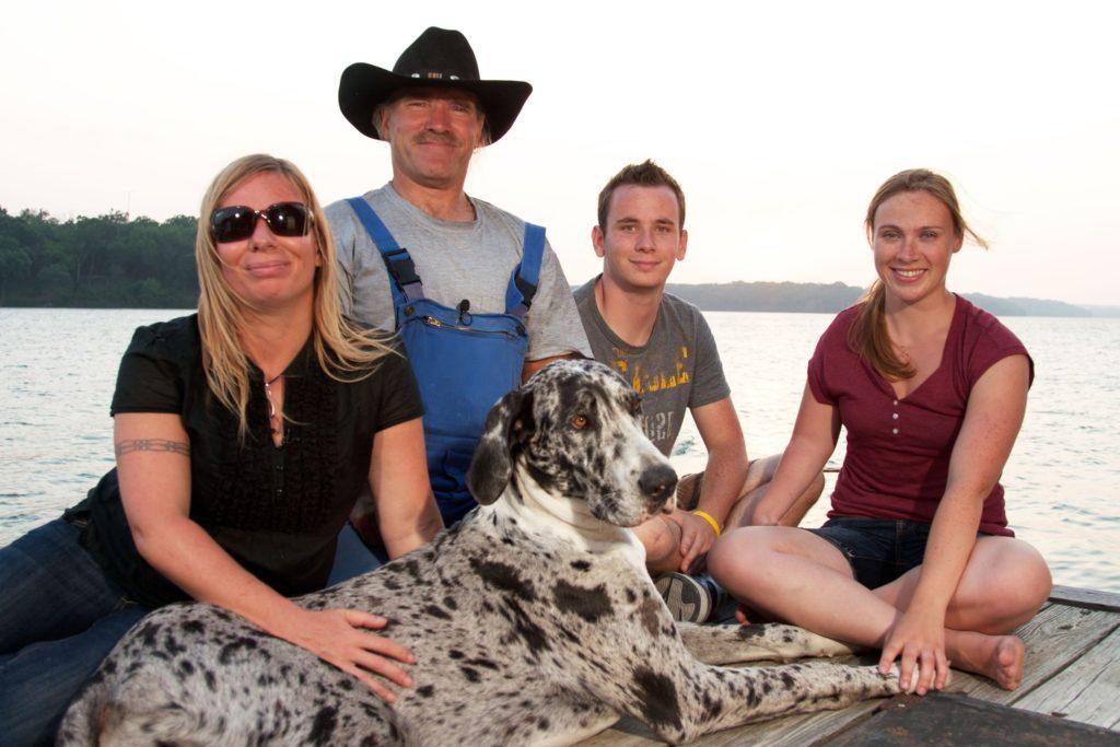 """2011 (v.l.): Manuela (42), Konny (55), Jason (21) und Janina (24). Vorne der Hund """"Phoebie""""."""
