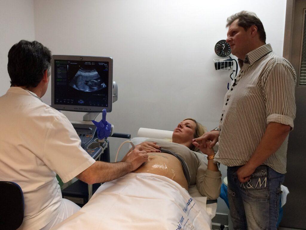 Daniela ist hochschwanger - sie erwartet Zwillinge. Die Ärzte schlagen Alarm, weil die Babies nicht gut genug wachsen.