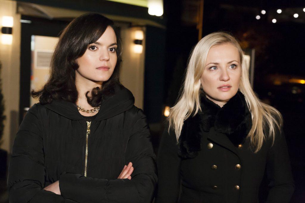 Angesichts der letzten Ereignisse ist Isabelle (Ania Niedieck, r.) ungewohnt milde gestimmt und redet Larissa (Naima Fehrenbacher) aus, das Simone schuld an dem Unglück ist.