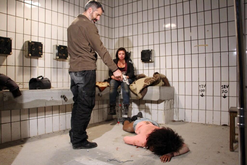 Rafael Suarez (Nikolaus Schmid) erschießt Letizia von Altenburg (Jennifer Dessin-Brasching, lieg.) vor den Augen von Vanessa Steinkamp (Julia Augustin)