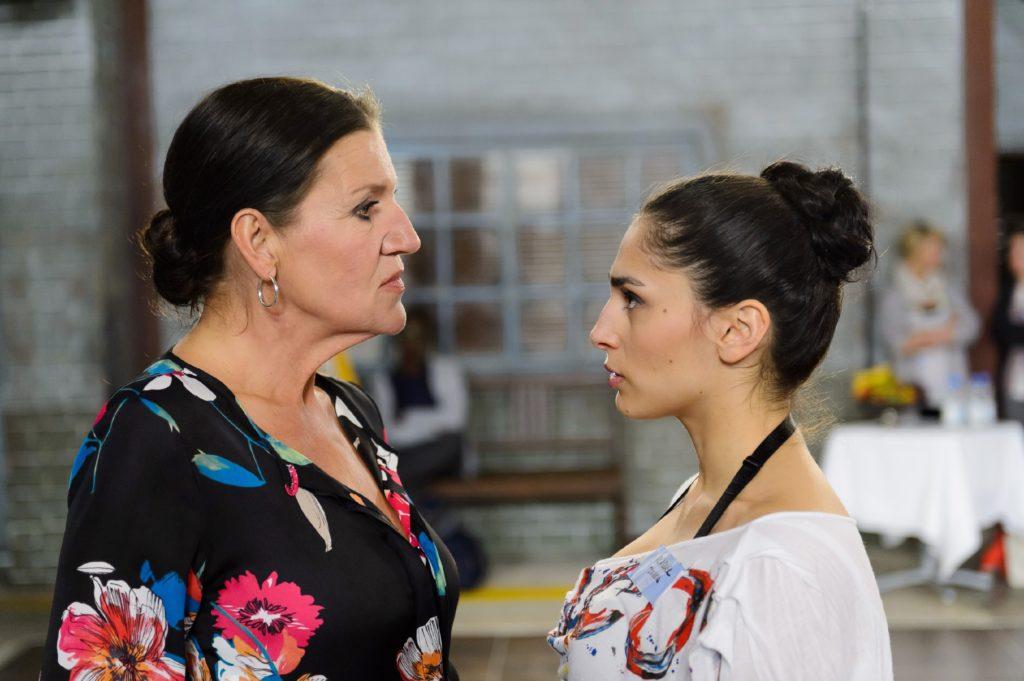 Raquel (Yara Hassan, r.) wartet angespannt auf die Entscheidung der Jury und bekommt von Ludmilla (Katy Karrenbauer) zunächst eine vernichtende Ansage.
