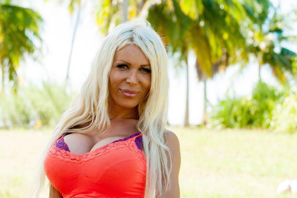 'Eva' Edona (28) aus Hattingen ist auf einer einsamen Südseeinsel auf der Suche nach ihrem 'Adam'.