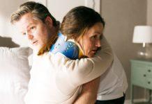 Ingo (André Dietz) arbeitet mit Jenny (Kaja Schmidt-Tychsen), die motiviert ist, ihre Therapie voranzutreiben.