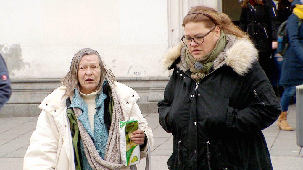 """Ilka Bessin (r.) und """"Spatzerl"""" in München"""