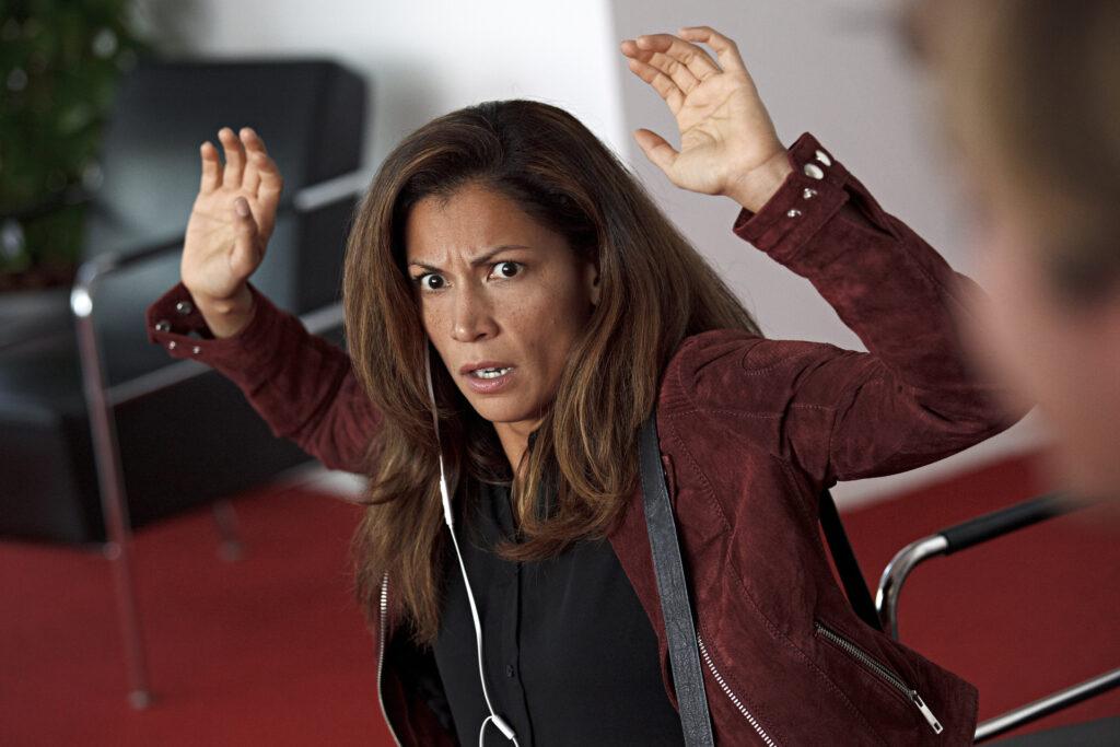 Kerstin Holm (Malin Arvidsson), Chefin der A-Gruppe, ist privat in einer Bank und wird zusammen mit anderen als Geisel genommen.