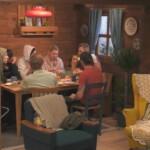 Big Brother 2020 Tag 2 - Die Blockhaus-Bewohner beim gemeinsamen Frühstück