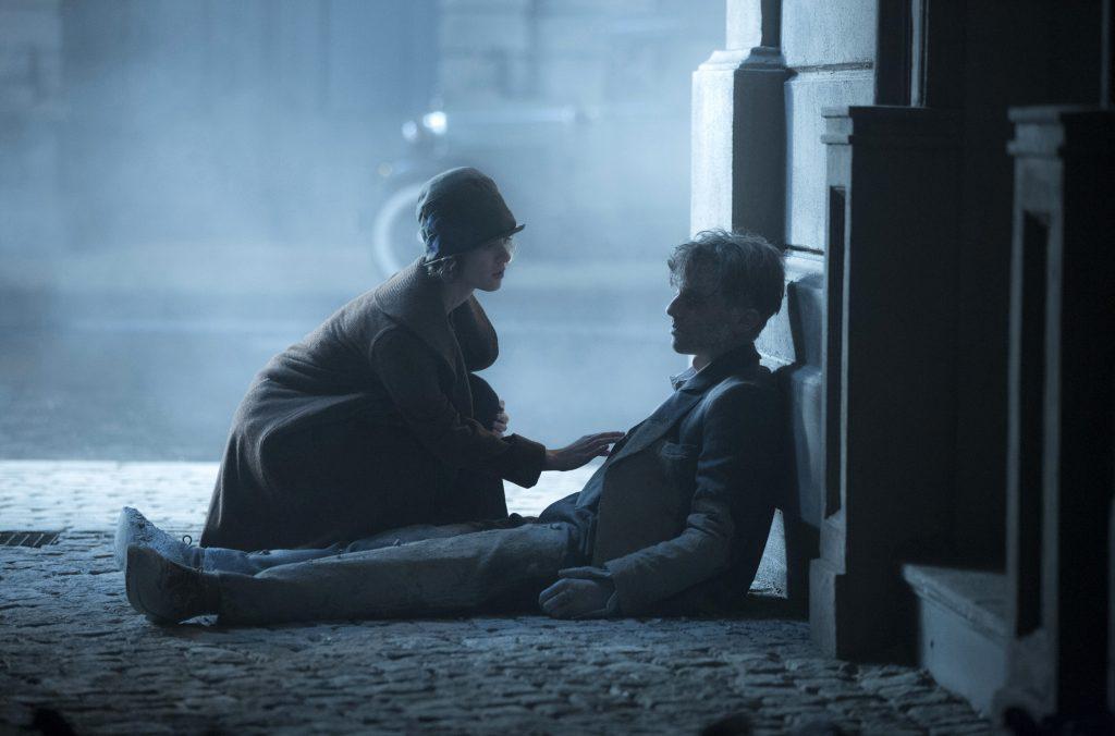 Die Stenotypistin Charlotte (Liv Lisa Fries) findet ihren Kollegen Gereon (Volker Bruch) und versucht ihm zu helfen.