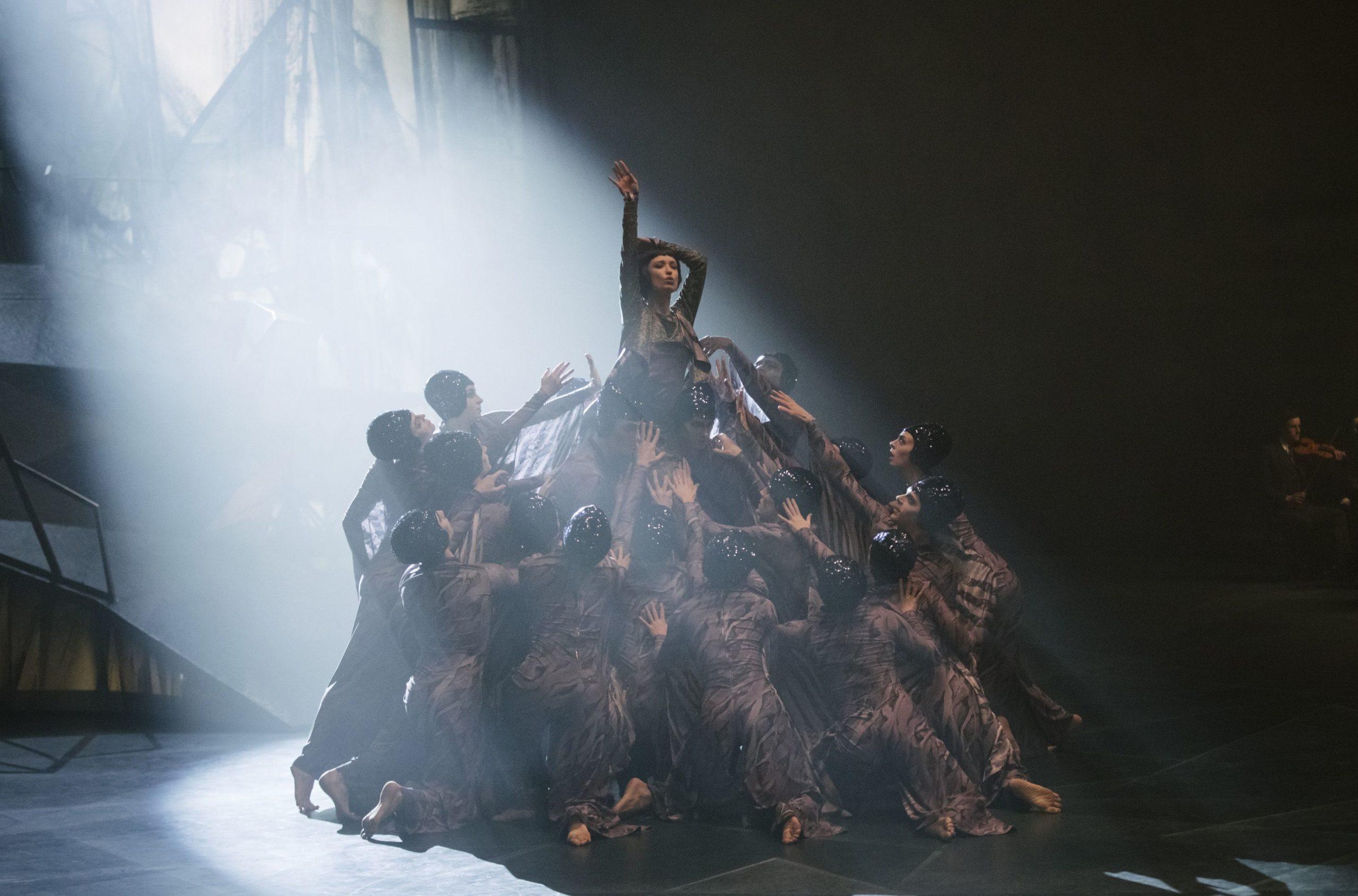 """Tänzerinnen proben am Set von """"Dämonen der Leidenschaft"""" in den Babelsberger Filmstudios."""