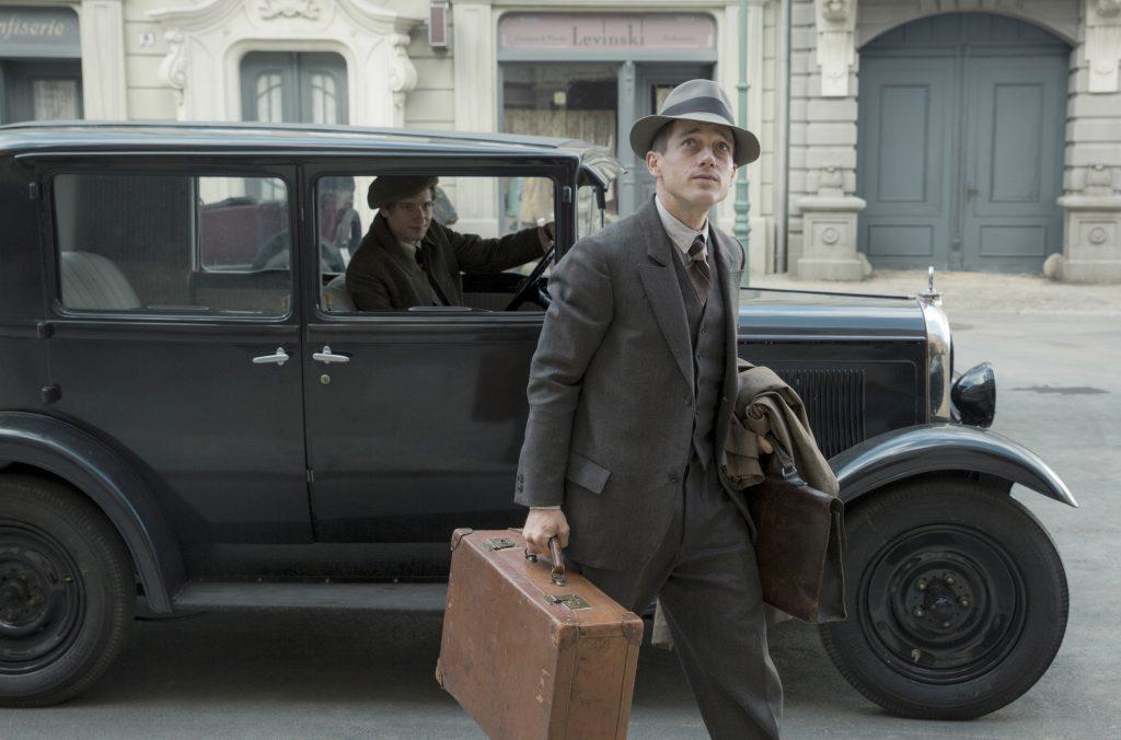 Jänicke (Anton von Lucke) hat Gereon Rath (Volker Bruch) nach Hause gebracht.