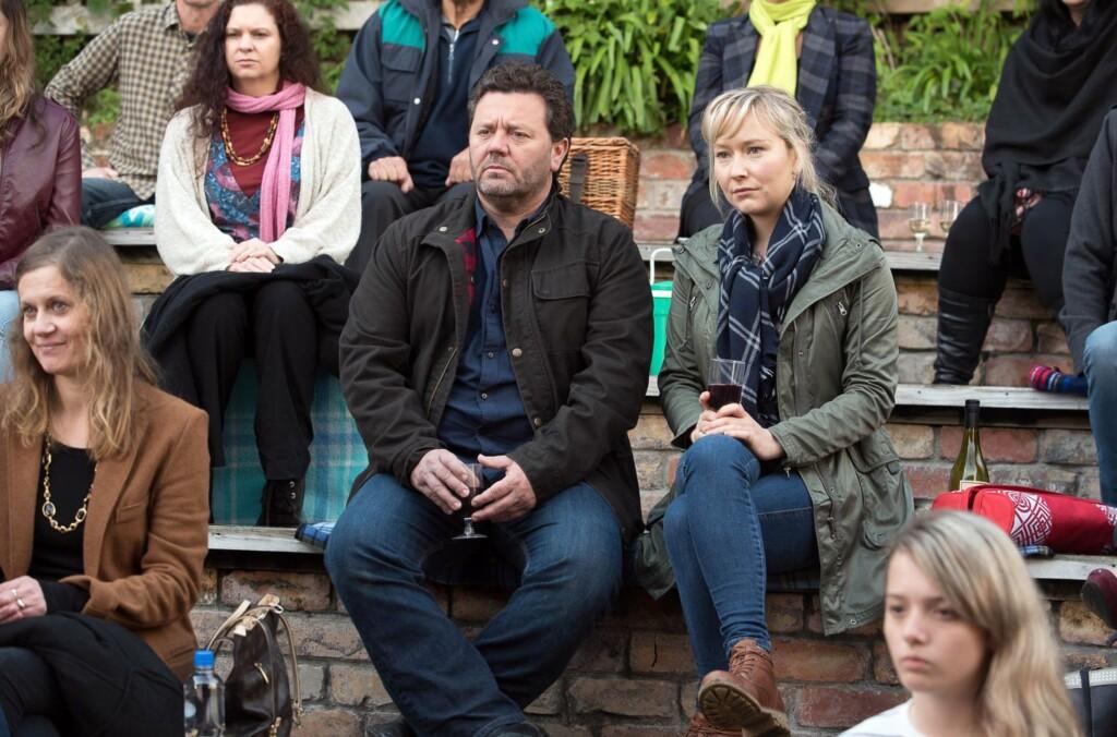 Shepherd (Neill Rea) und seine Assistentin Sims (Fern Sutherland) sehen mit eigenen Augen, wie ein Schauspieler stirbt.