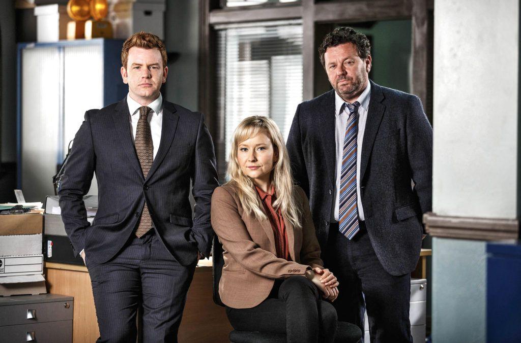 Detective Mike Shepherd (Neill Rea, re.) und sein Team D.C. Breen (Nic Sampson) und Kristin Sims (Fern Sutherland)