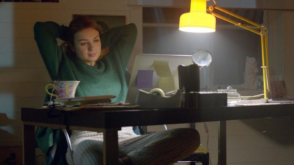 Erica Falck (Claudia Galli Concha) an ihrem Schreibtisch