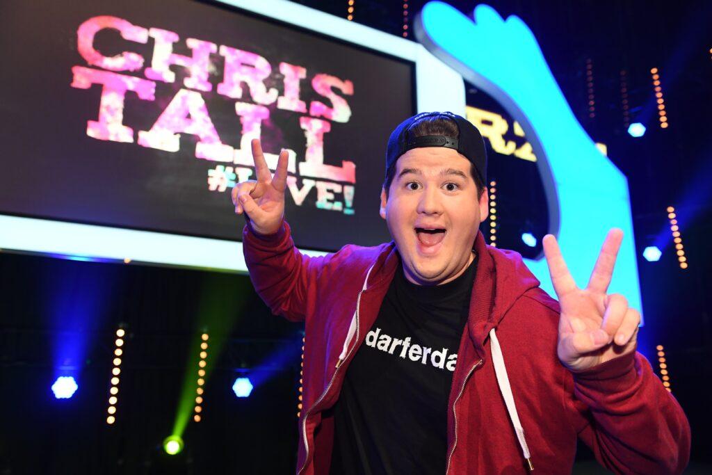 """In seinem Soloprogramm """"Chris Tall live! Selfie von Mutti! Wenn Eltern cool sein wollen"""" lässt der Comedy-Newcomer Chris Tall das Publikum humorvoll wissen, wie es sich als Jugendlicher mit seinen Erzeugern aushalten lässt..."""