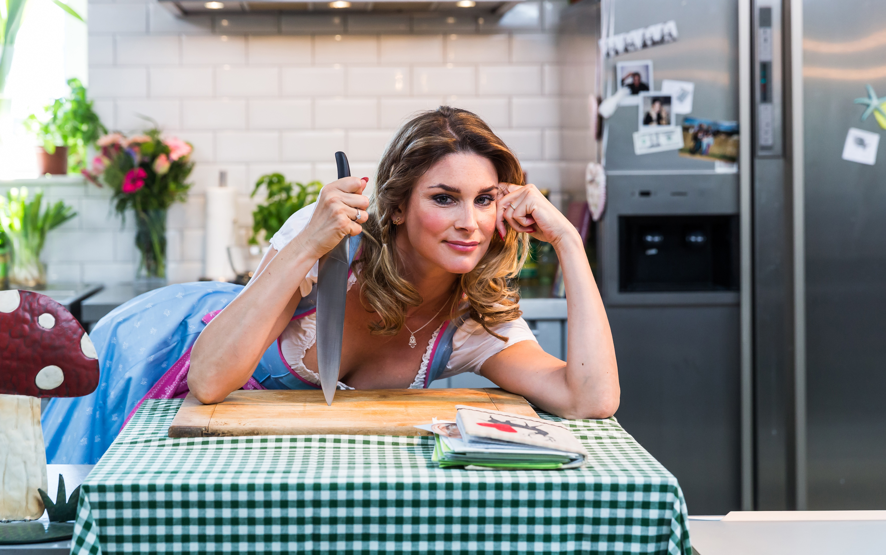 """Schauspielerin Claudelle Deckert hat jetzt die erste Folge ihrer komödiantischen Kochshow """"Cooking Well With Claudelle"""" online gestellt."""