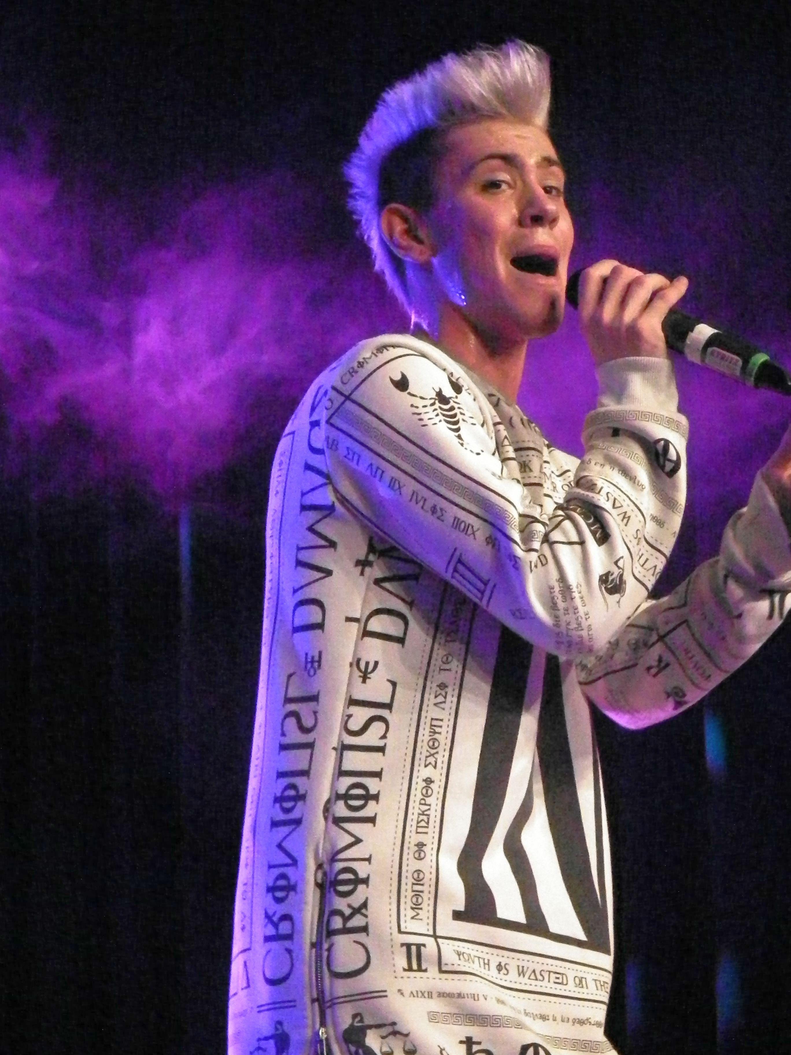 Daniele singt auf der Bühne