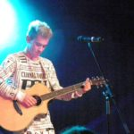 Daniele singt mit Gitarre