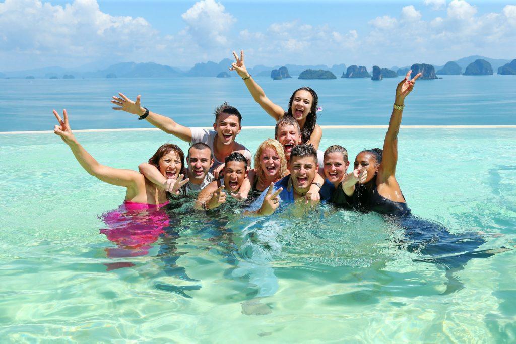 Die Entscheidung am finalen Set am Infinity Pool eines Hotels auf der Insel Koh Hong. Die Top 10 stehen fest und sind ausgelassen in den Pool gesprungen.