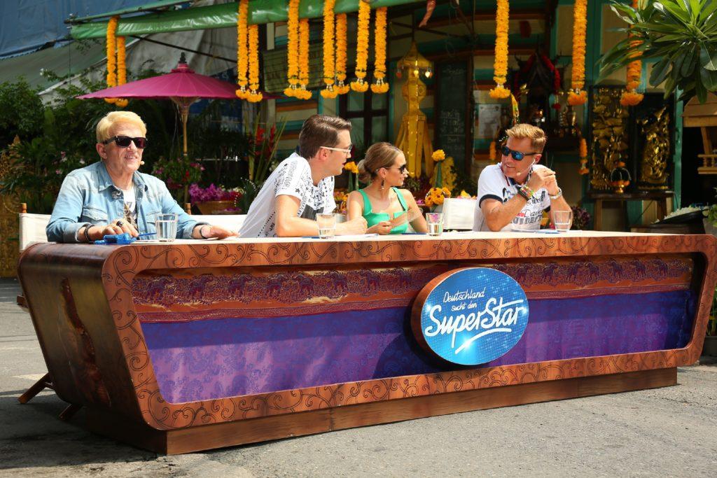 Die Jury mit (v.l.) Heino, DJ Antoine, Mandy Capristo und Dieter Bohlen im Straßenset in der Soi Somsen in der Altstadt von Bangkok.