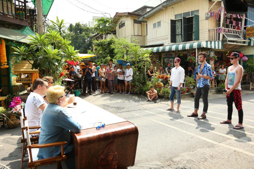 In dem Strassenset in der Soi Somsen in der Altstadt von Bangkok versuchen (v.l.) Kevin Spatt, Mustafa Papeoglu und Christian Tesch die Jury von sich zu überzeugen.