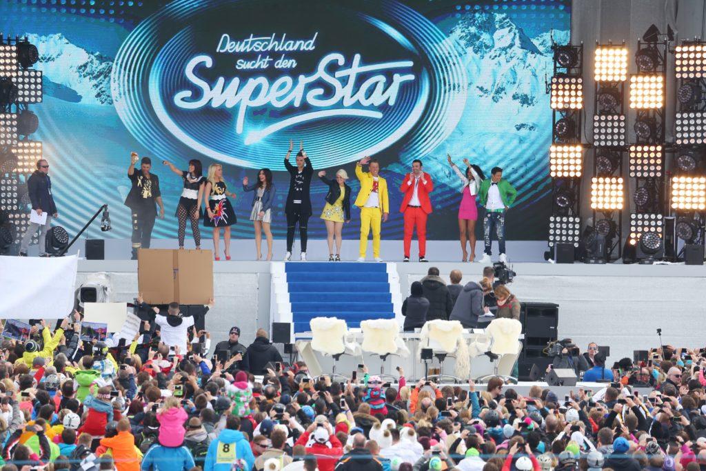Die Top 10 performen bei der Eventshow auf der Idalp ihren Gruppensong.