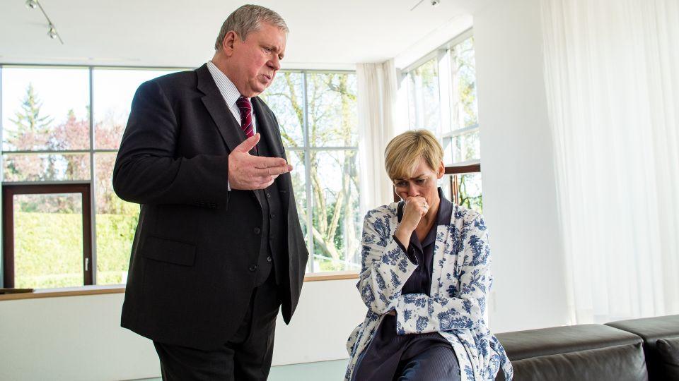 Was weiß Monika Sahlmann (Gesine Cukrowski), eine Kollegin von Staatsanwalt Bernd Reuther (Rainer Hunold), über den Mordanschlag, der zunächst wie ein Raubüberfall aussah?