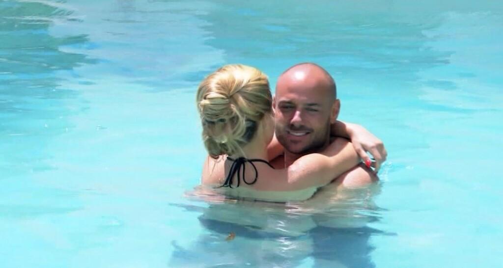 Christian und Angelina kommen sich im Pool der Bachelor-Villa näher.