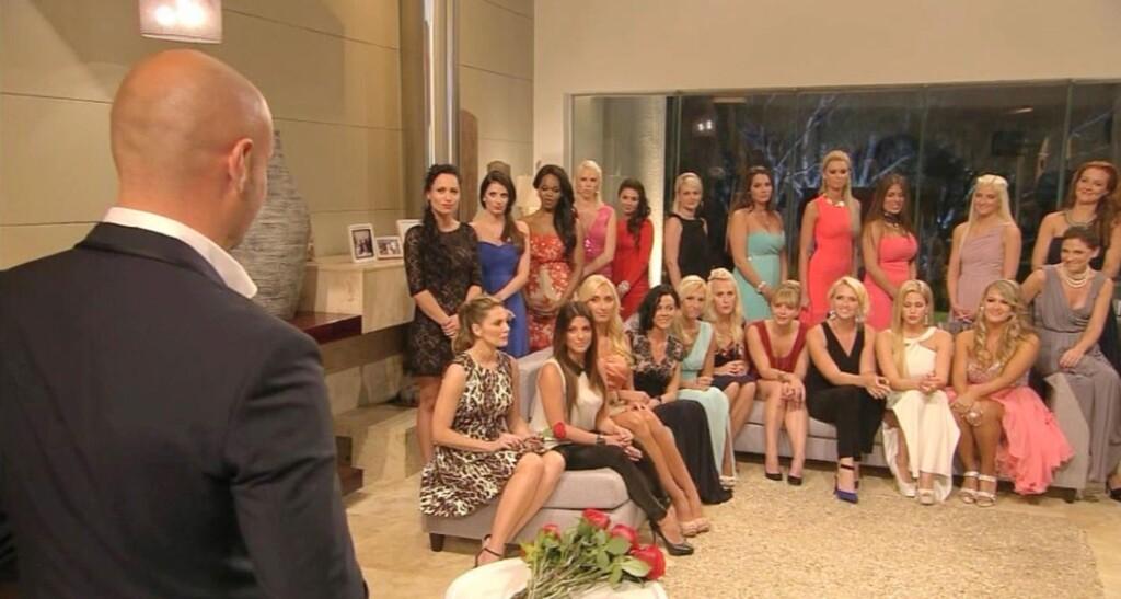 Bachelor Christian teilt den Ladies seine erste Entscheidung mit.